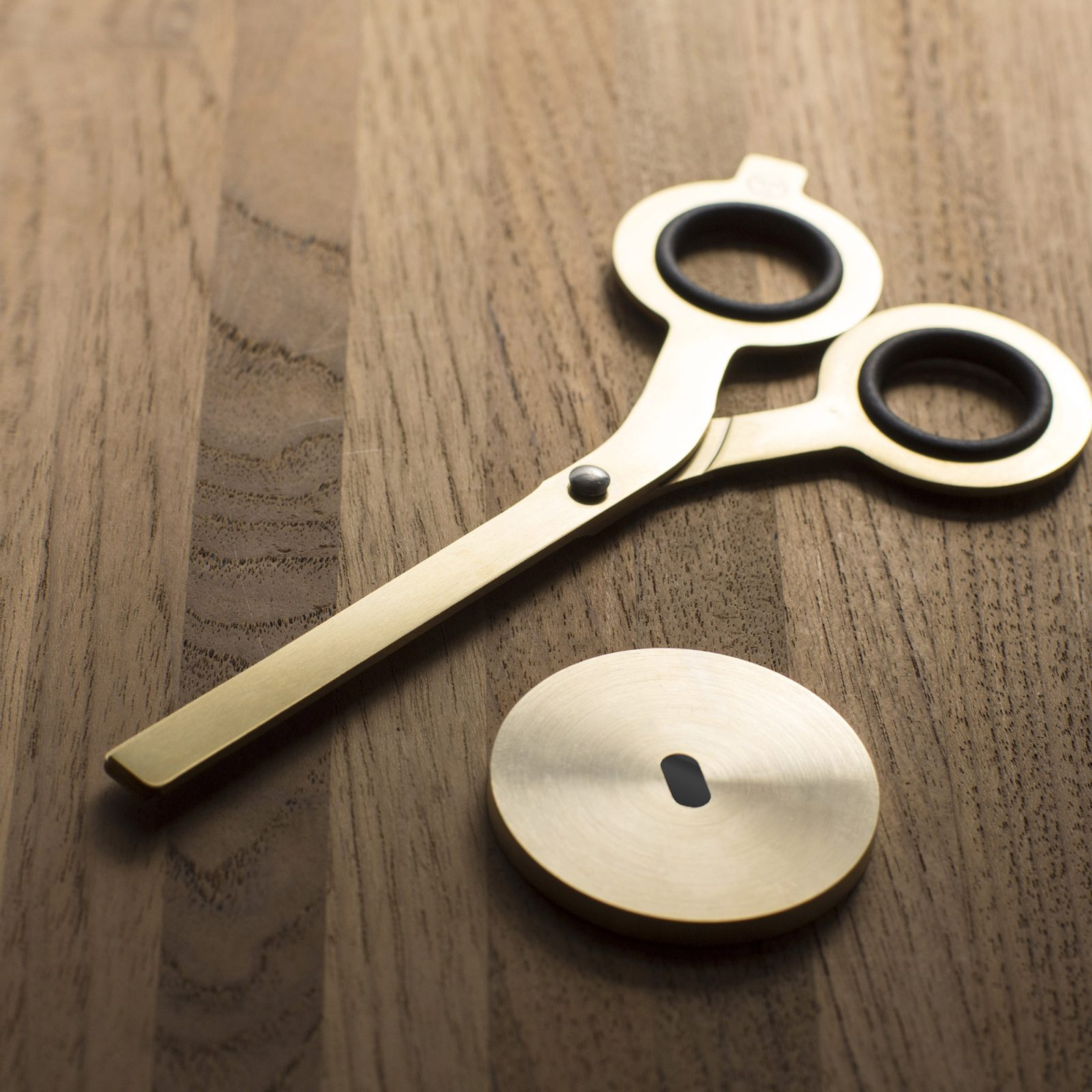 standing-scissors-with-base-gold-5