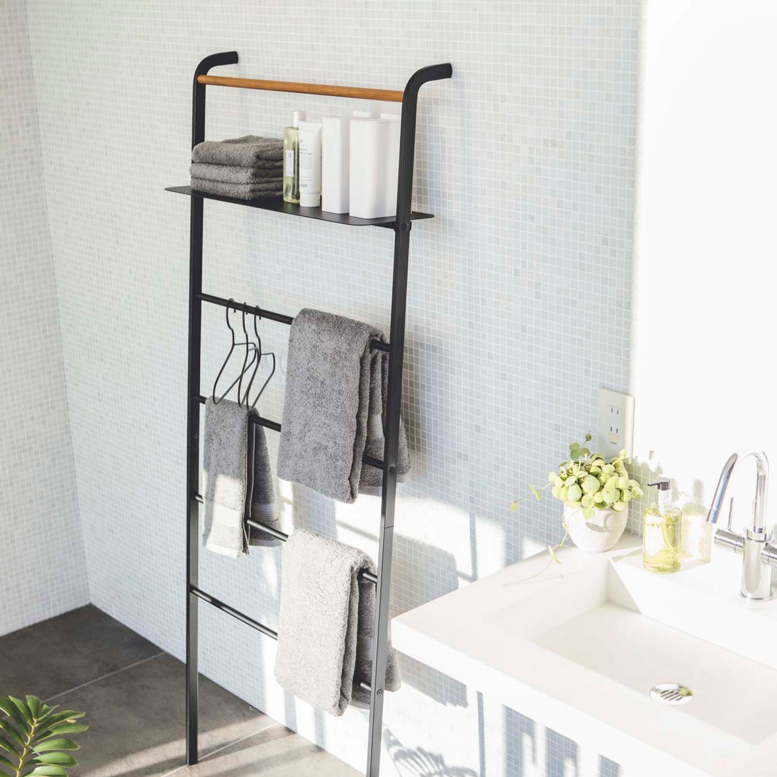 tower-leaning-ladder-with-shelf-black-2